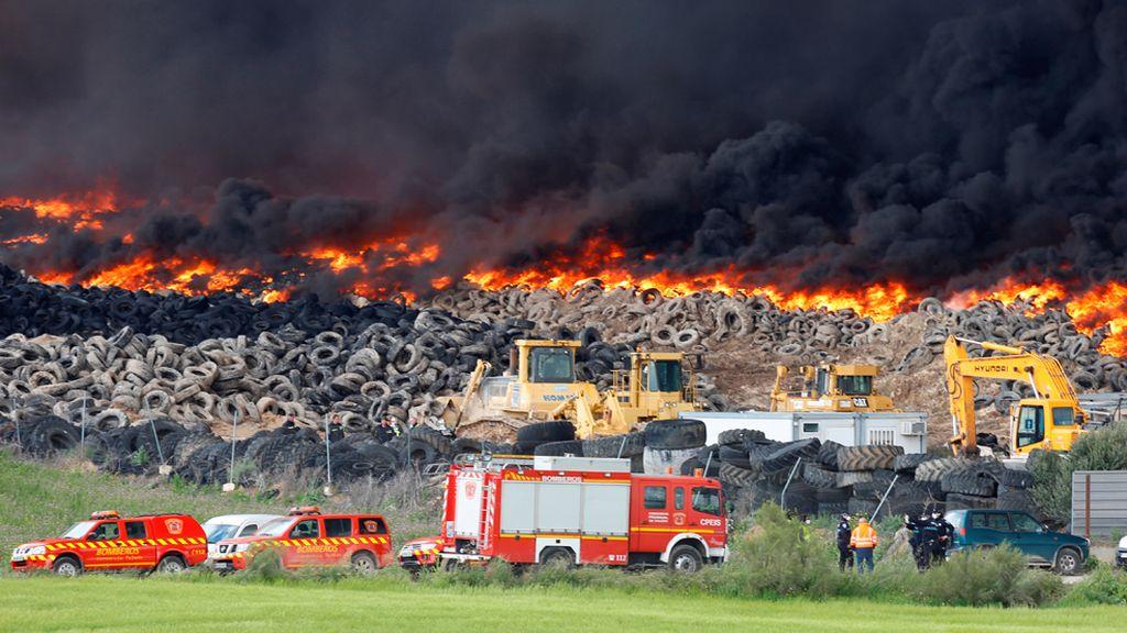 Arde de forma incontrolada el mayor vertedero de neumáticos de Europa.