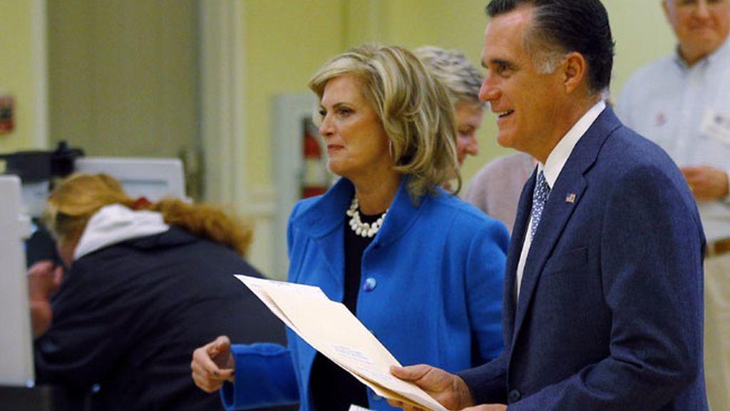 El candidato republicano, Mitt Romney vota en las elecciones