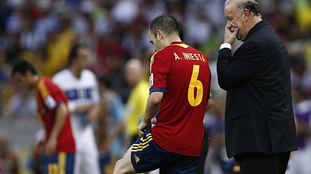 Vicente del Bosque habla con Iniesta durante la semifinal