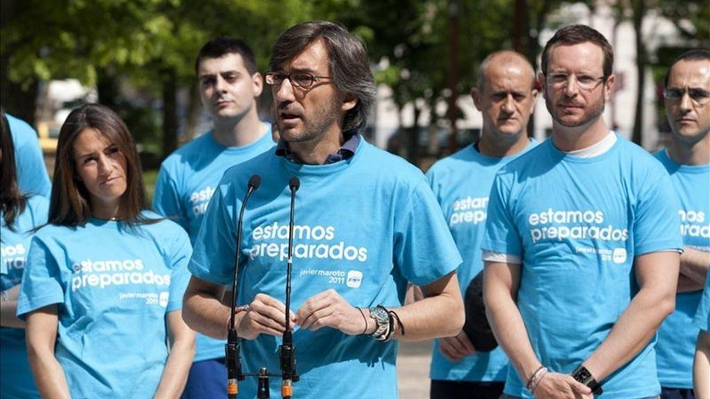El secretario general del PP en el País Vasco, Iñaki Oyarzábal (c), durante la celebración esta mañana de una carrera popular con las nuevas juventudes del partido en el parque del Prado de Vitoria. EFE
