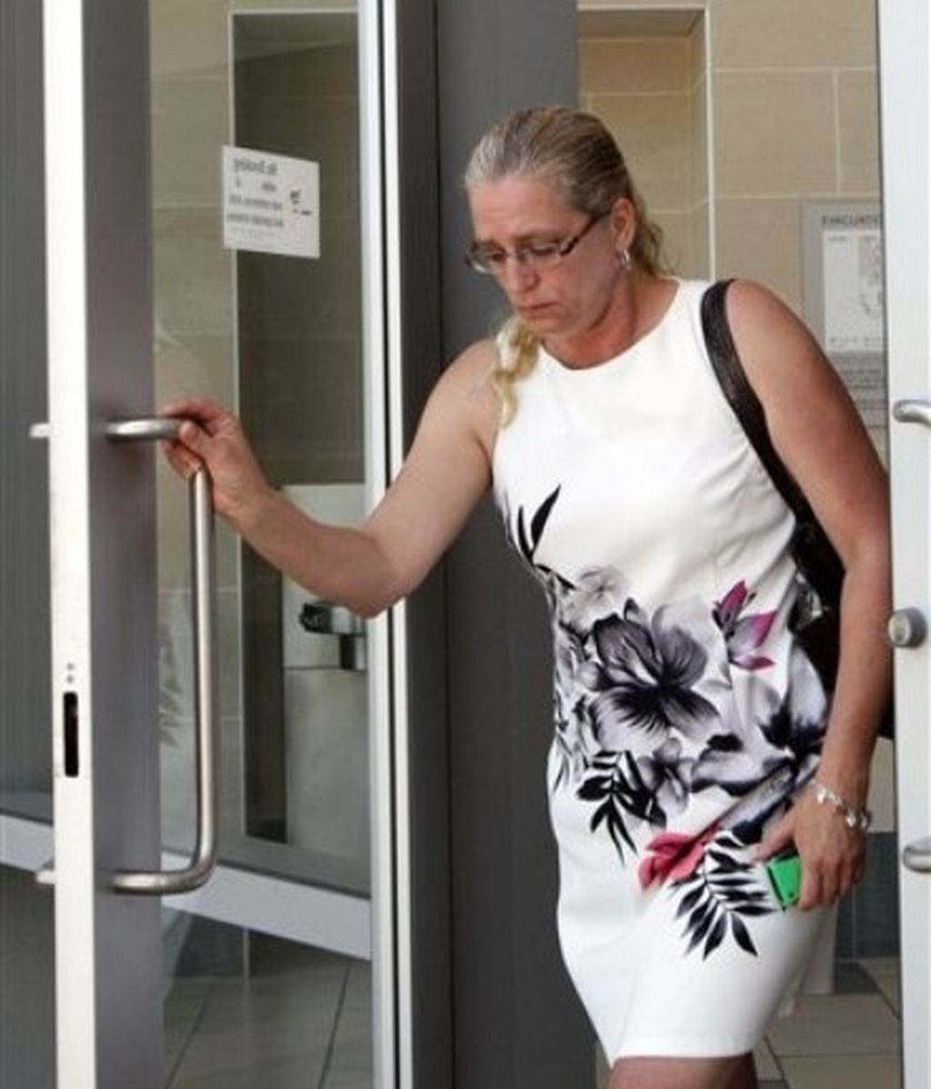 Kendra McInerney, madre de Brandon McInerney saliendo de los Juzgados