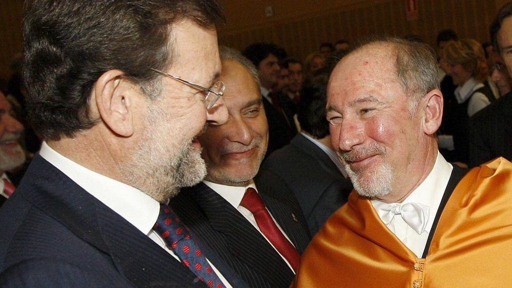 Rajoy saluda a Rato en el acto de entrega del título de honoris causa por la Universidad Juan Carlos I