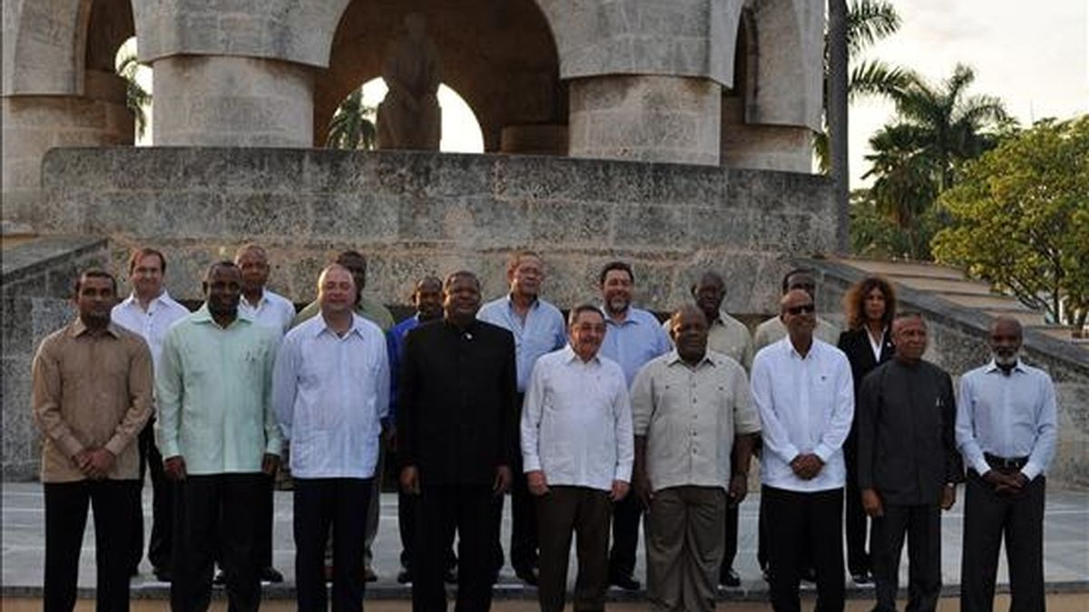 Los mandatarios asistentes a la III cumbre Cuba-Comunidad del Caribe (Caricom) posan para la foto de familia junto al panteón del prócer cubano José Martí, el pasado 7 de diciembre de 2008. EFE/Archivo