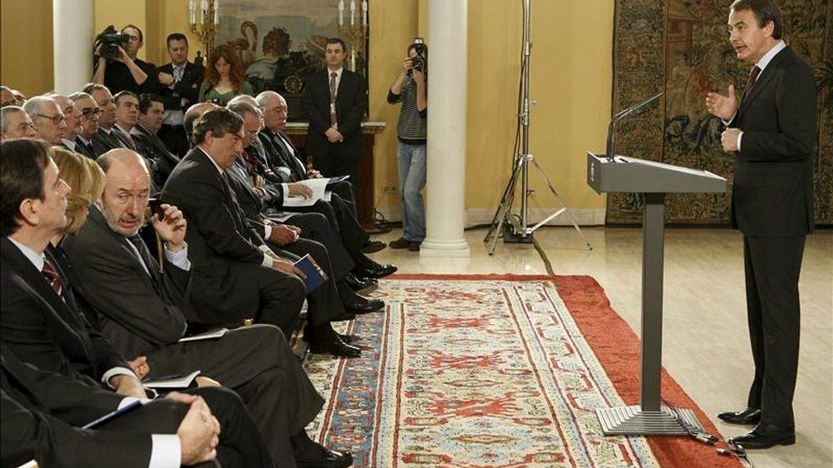 El presidente del Gobierno, José Luis Rodríguez Zapatero, durante la rueda de prensa que ofreció hoy en Moncloa, para presentar el informe económico de 2010. EFE