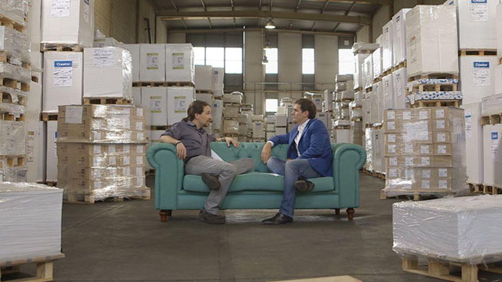Juntos en el almacén donde se guardan las papeletas para las elecciones del día 24