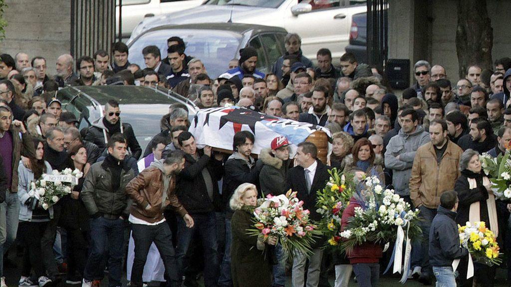 Más de un centenar de personas asisten el entierro del hincha fallecido