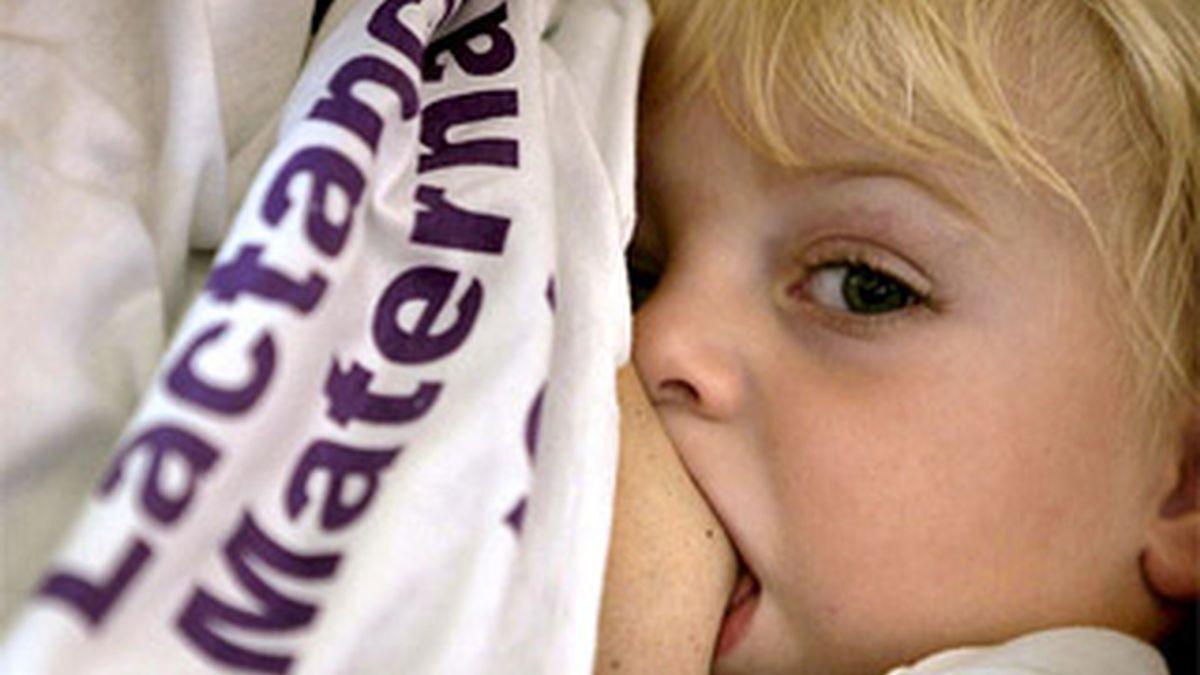 La alimentación debe ser exclusivamente con leche materna en los primeros seis meses de vida. Foto: EFE
