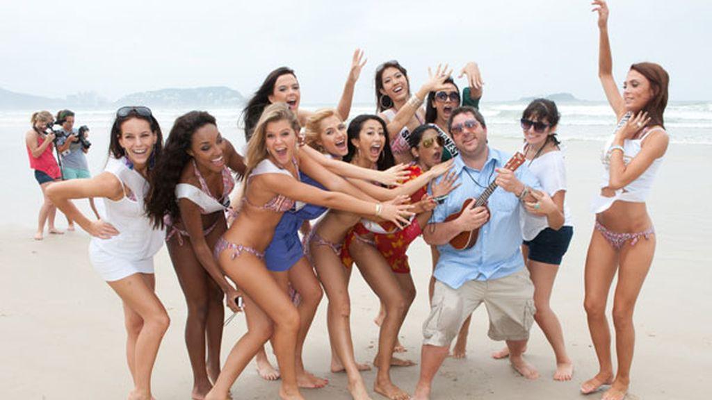 Las candidatas a Miss Universo se divierten en la playa
