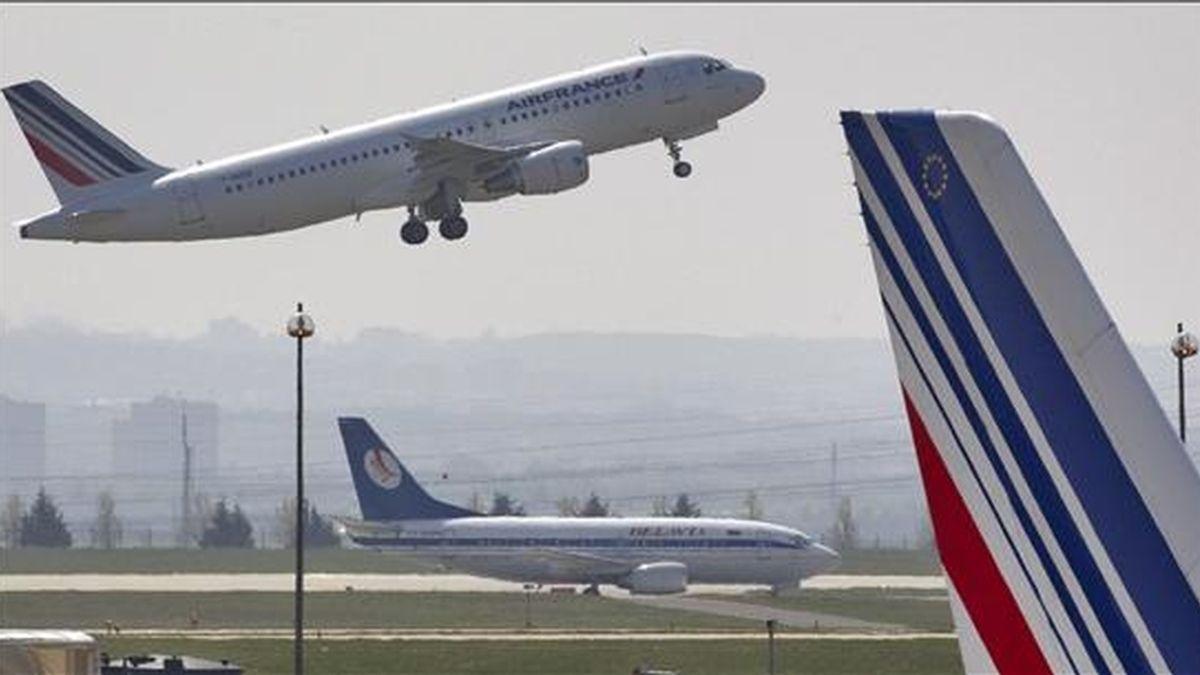 Un avión de la compañía Air France, que cubría la ruta entre Río de Janeiro y París, se vio obligado a realizar una escala de emergencia en la localidad brasileña de Recife debido a una falsa amenaza de bomba. En la imagen, un avión de Air France despega de la terminal 2 del aeropuerto internacional Charles de Gaulles, en Roissy, cerca de París, (Francia). EFE/Archivo