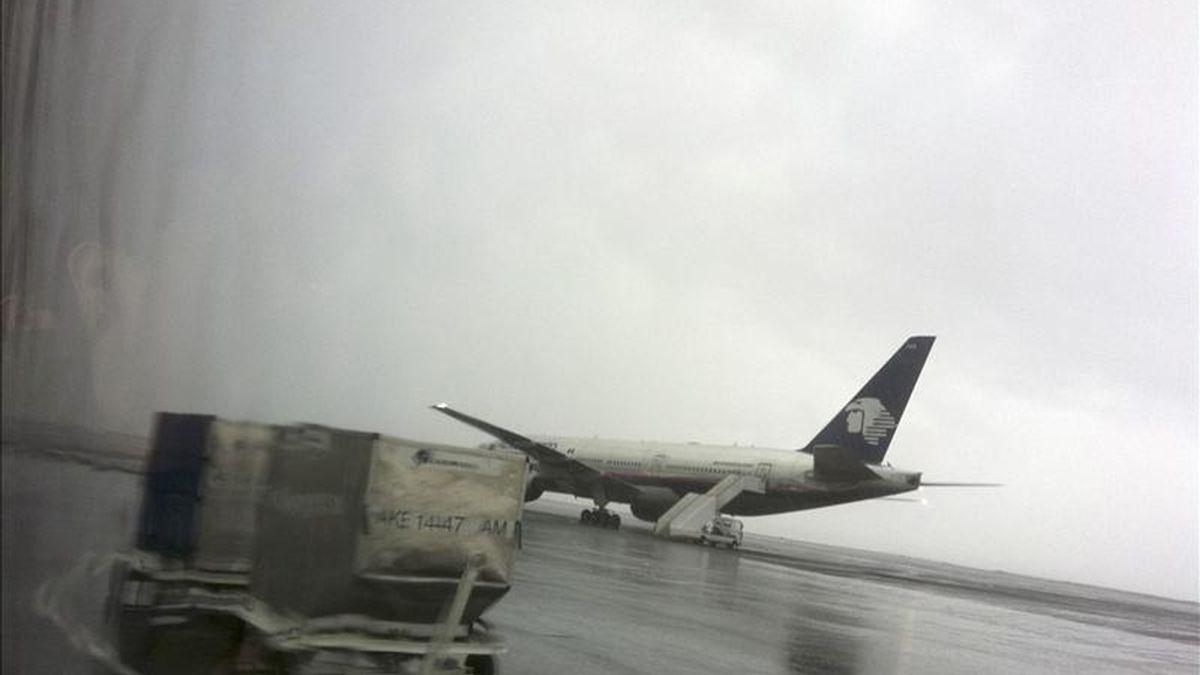 El pasado 7 de diciembre, la Policía española detuvo en el Aeropuerto de Madrid-Barajas a tres tripulantes de Aeroméxico con un alijo de 136 kilos de cocaína. En la imagen el registro de otra aeronaave de la aerolínea afectada. EFE/Archivo