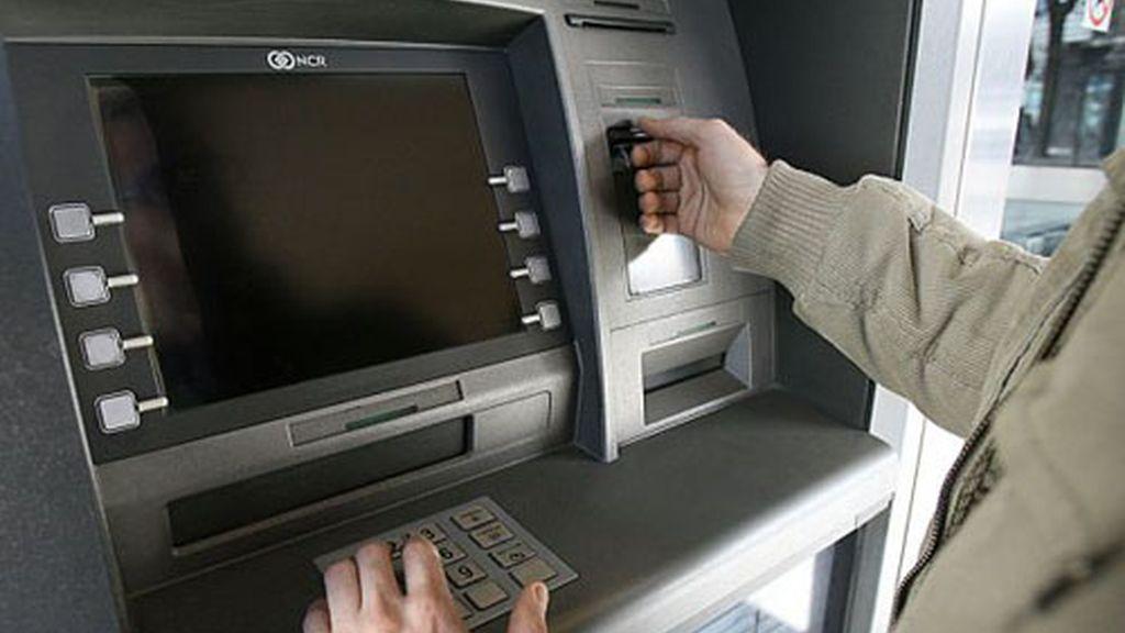Los españoles son los que más pagan en la UE por usar una cuenta bancaria, según Bruselas