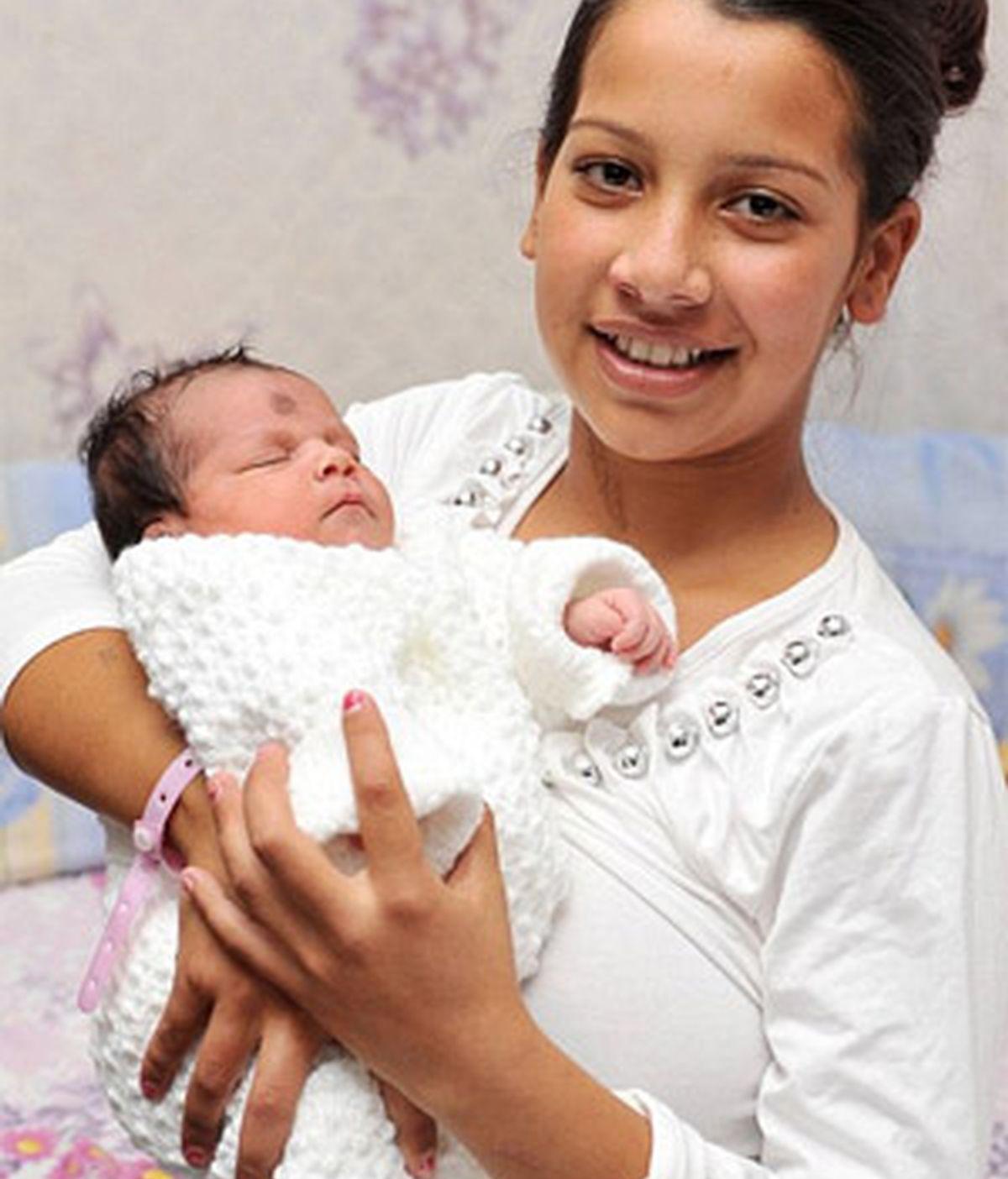 La joven Kordeza con su bebé recién nacido. Foto: News of the World