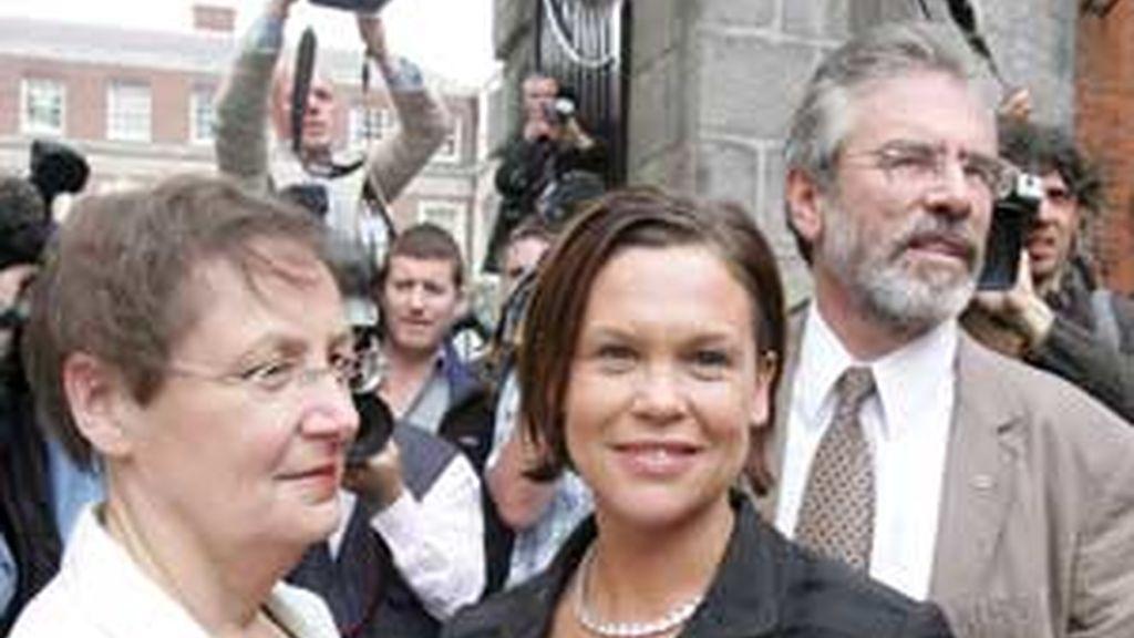 El líder del Sinn Fein Gerry Adams y las diputadas de esta formación Mary Lou McDonald y Barbara de Bruin. Foto:EFE