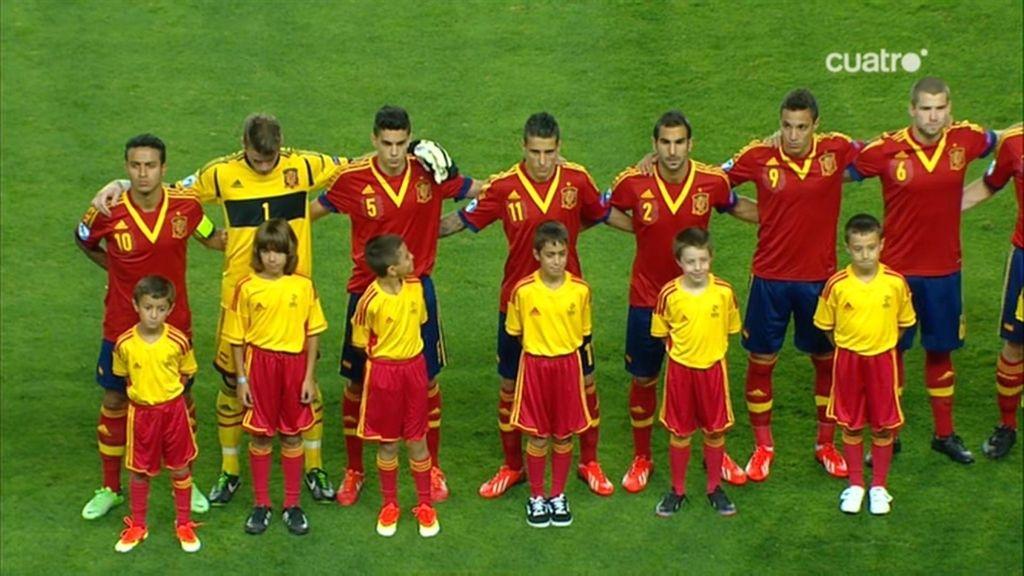 Los internacionales Sub-21, en el momento del himno nacional.