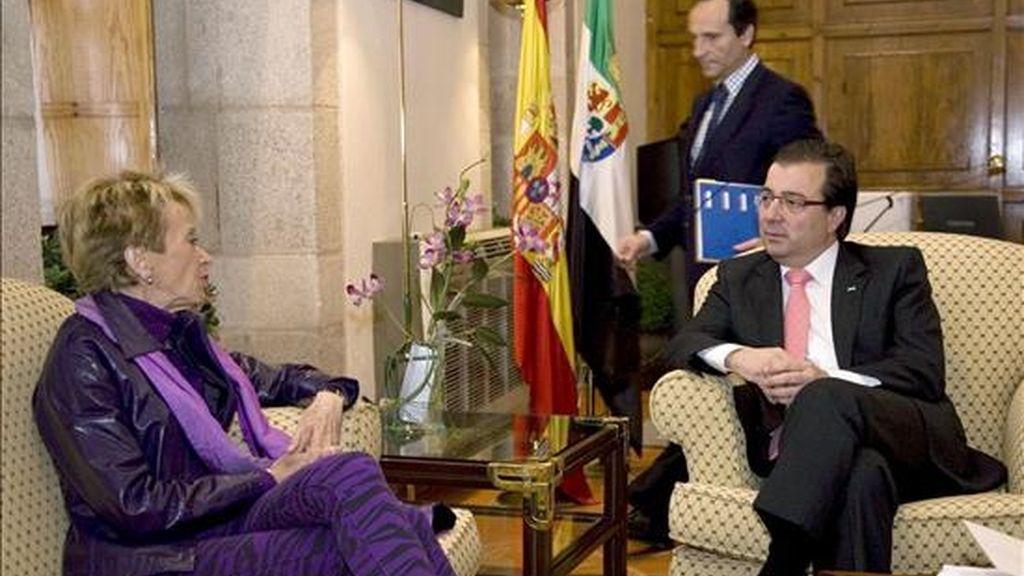 La vicepresidenta del Gobierno, María Teresa Fernández de la Vega (i), conversa con el presidente de Extremadura, Guillermo Fernández Vara, durante la reunión mantenida hoy en Mérida dentro de la visita que este fin de semana hace a la Comunidad Autónoma. EFE
