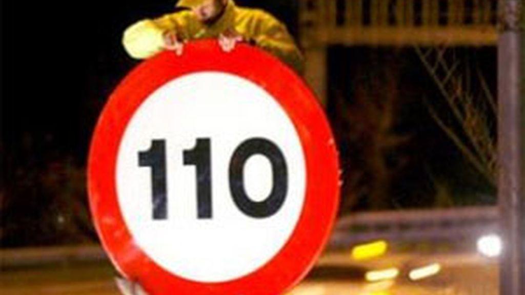 Operarios poniendo la limitación de 110 km/h. GTRES.