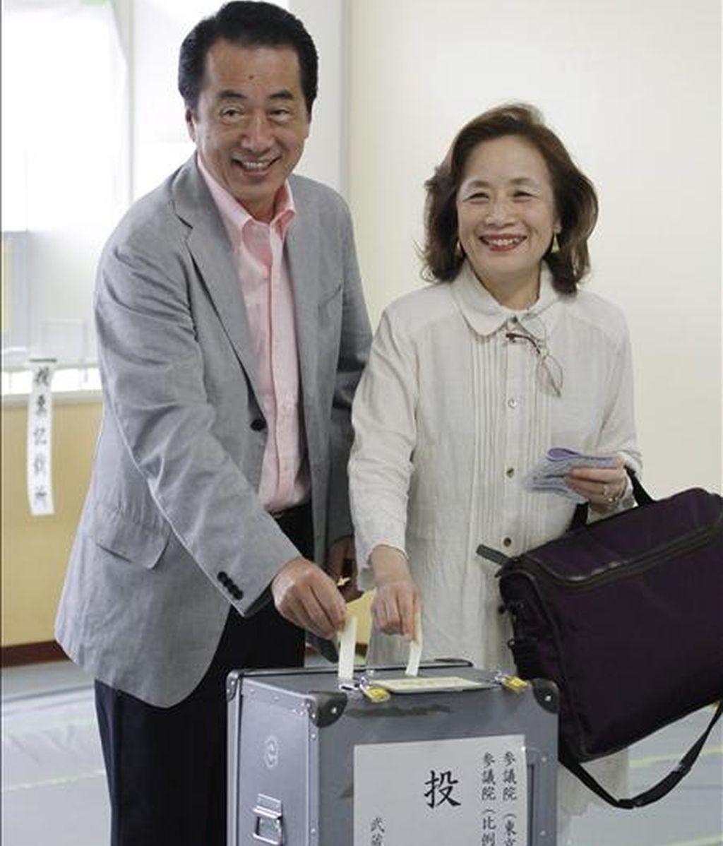 El primer ministro japonés y presidente del gubernamental Partido Democrático (PD), Naoto Kan (i), vota con su esposa, Nobuko (d), hoy, en Tokio (Japón). Los colegios electorales del país para los comicios parciales al Senado abrieron sus puertas en la primera prueba en las urnas para el PD. EFE