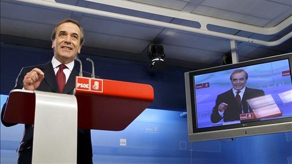 El portavoz del PSOE en el Congreso, José Antonio Alonso, durante la rueda de prensa que ofreció hoy en la sede de Ferraz, en la que se refirió a la actual situación en los aeropuertos nacionales. EFE