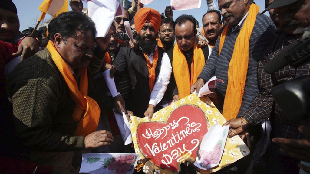 La celebración de San Valentín en la Indía levanta protestas de radicales