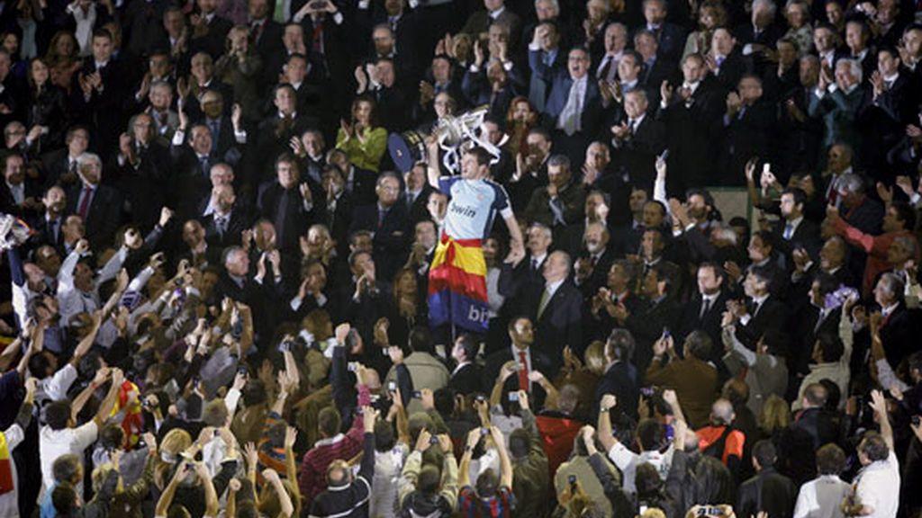 Iker Casillas levanta su primer título como capitán en el Real Madrid