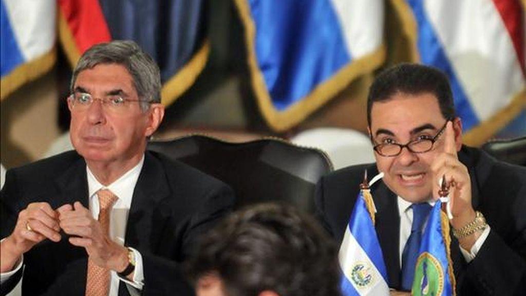 Imagen de los presidentes de Costa Rica Oscar Arias (i) y El Salvador, Elias Antonio Saca (d). EFE/Archivo