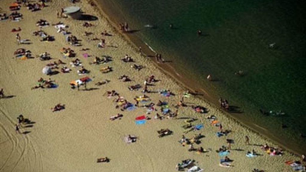 Una imagen aérea de la playa de la Barceloneta, en Barcelona. Foto: AP