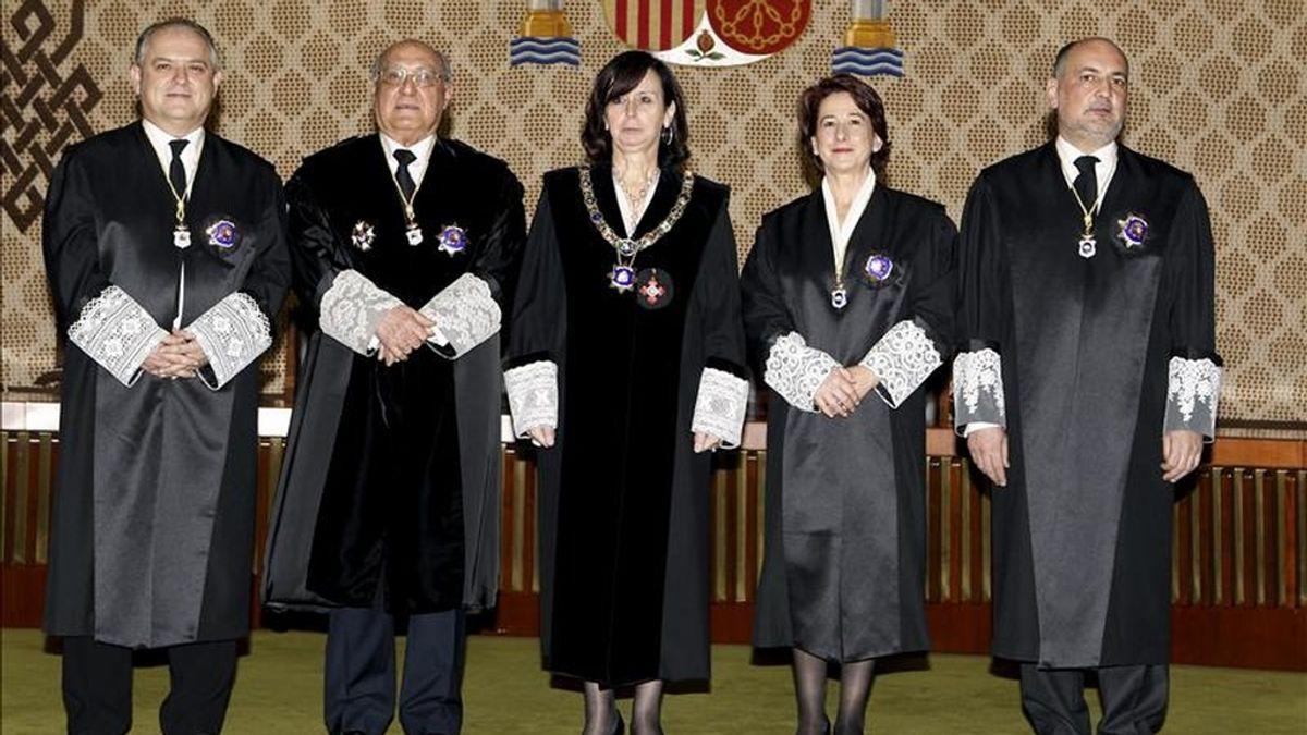 La presidenta del Tribunal Constitucional, María Emilia Casas (c), junto a los cuatro nuevos magistrados de este órgano, Luis Ortega (izda), Francisco José Hernando (2 izda), Adela Asúa y Francisco Pérez de los Cobos, designados por el Senado. EFE