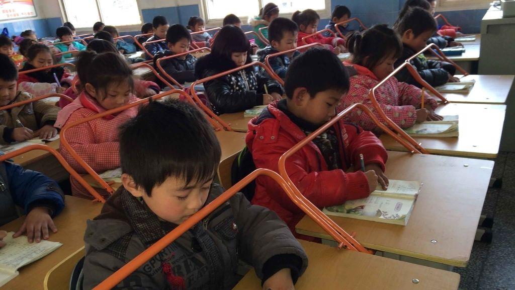 Barras de metal en los escritorios de un colegio chino