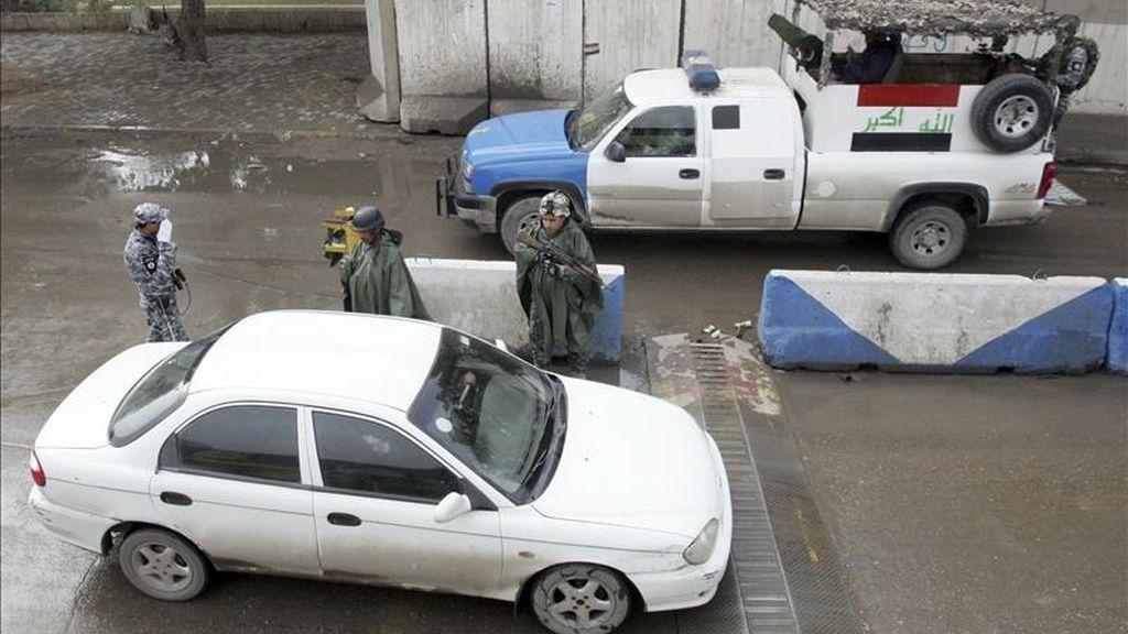 La policía iraquí revisa un vehículo en un punto de control en el centro de Bagdad, Irak. EFE/Archivo