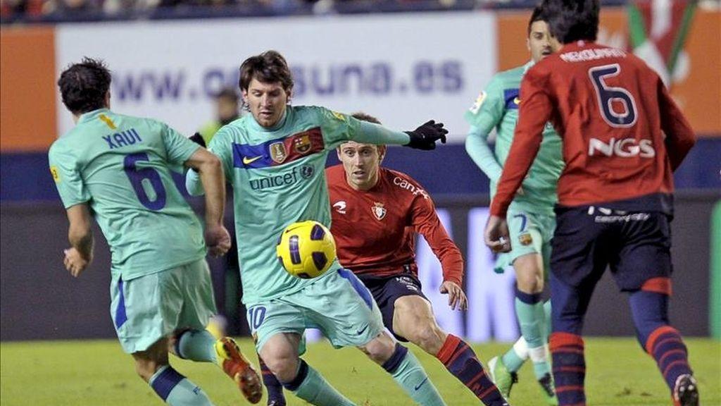 El delantero argentino del FC Barcelona Lionel Messi (2i) le disputa un balón al defensa Nacho Monreal (c), del Osasuna. EFE/Archivo