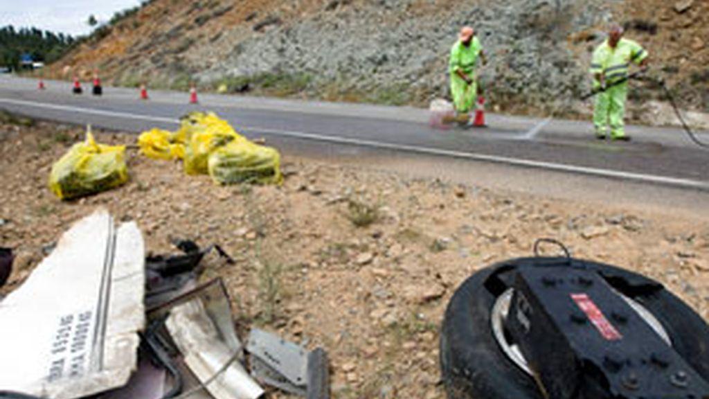Trabajadores de carreteras limpian el lugar del accidente donde murió un hombre esta Semana Santa tras colisionar su vehículo con un camión frontalmente en el kilómetro 69,700 de la carretera A-433. Foto: EFE