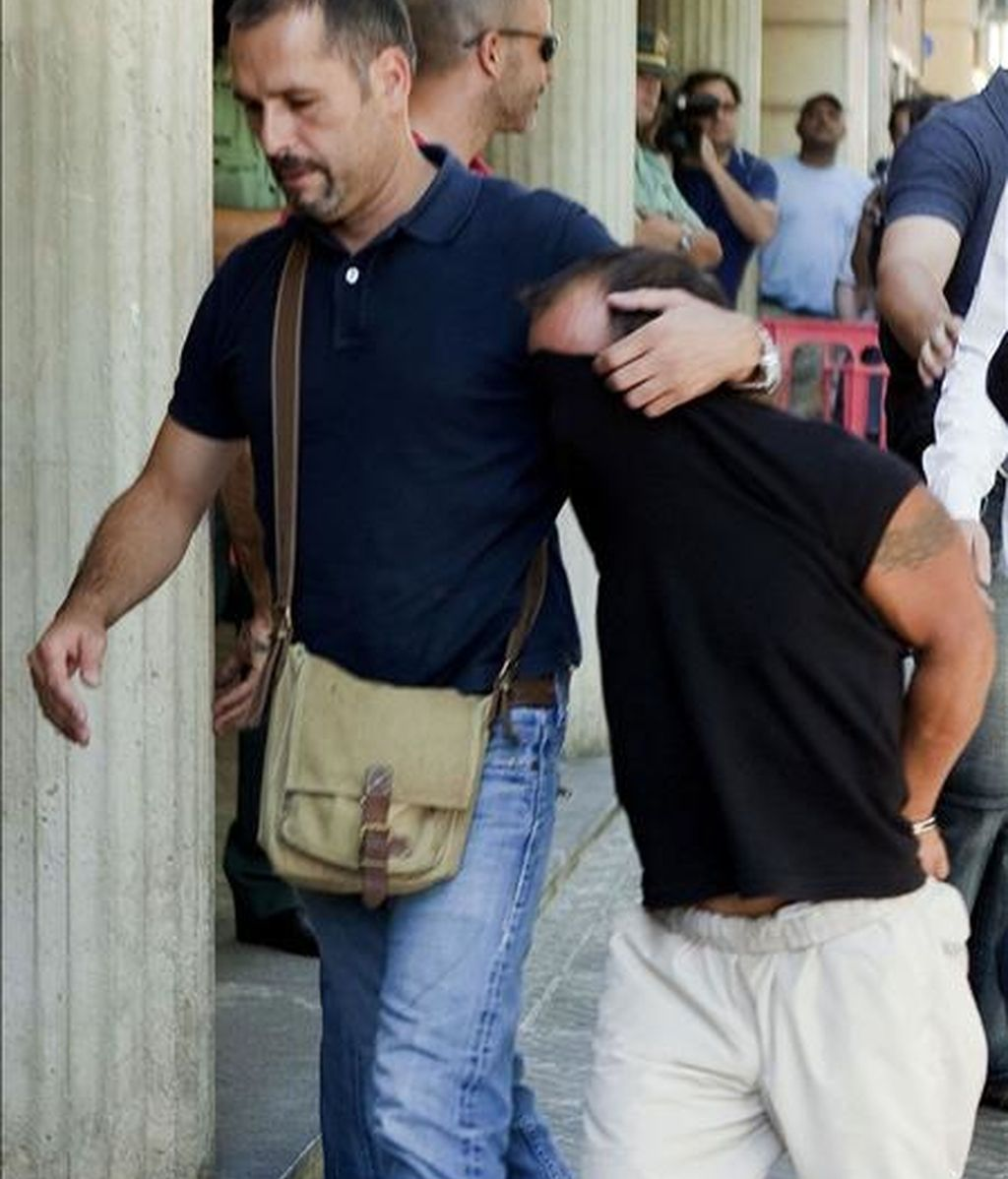 Alejandro de Abarca (dcha), el preso fugado y presunto autor de la muerte de la joven rumana Ana Niculai, conducido por un policía a los juzgados de Inca para ser puesto a disposición del juez instructor del caso. EFE