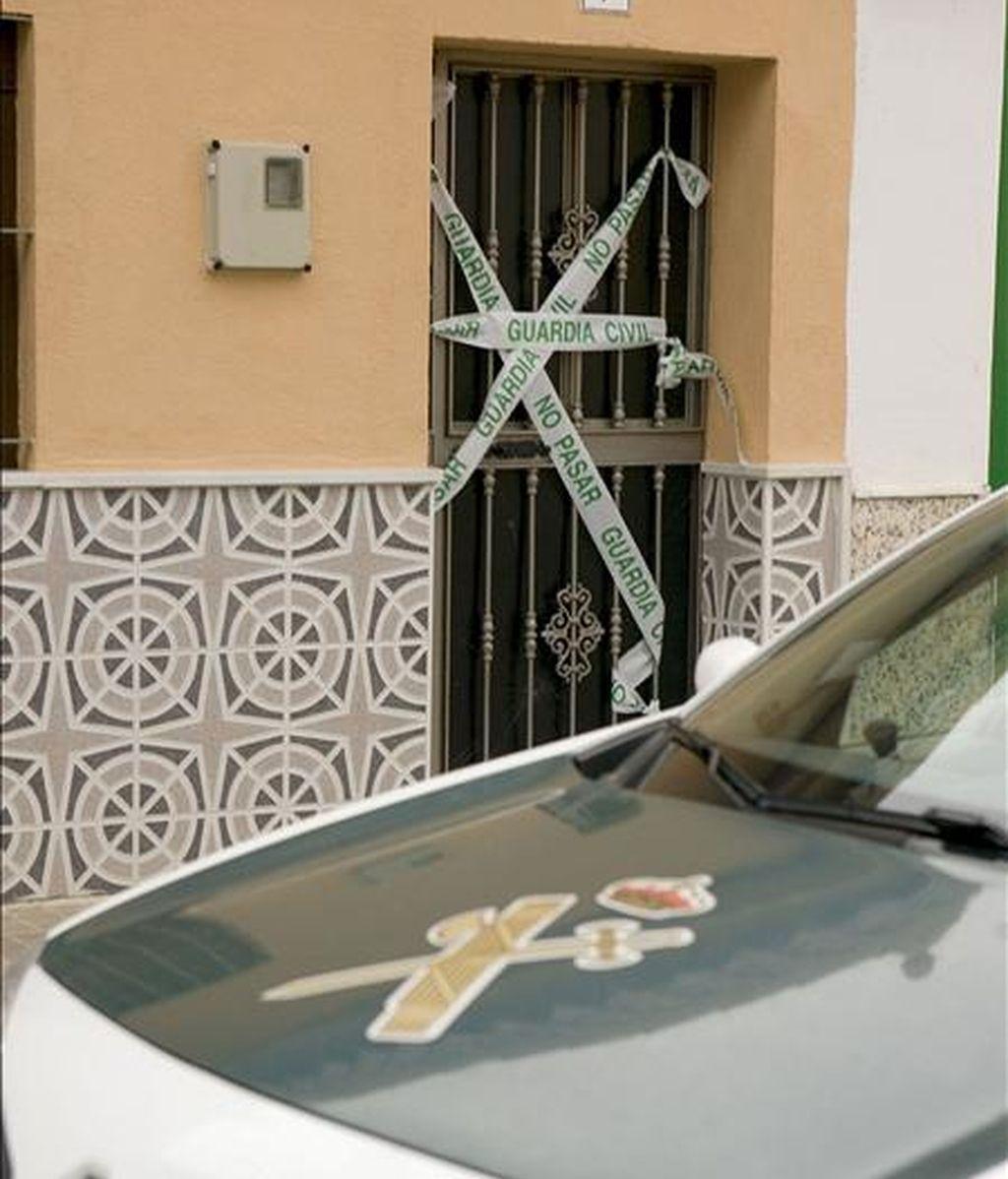 Imagen de un coche de la Guardia Civil frente a una vivienda en la que se produjo otro suceso de violencia. EFE/Archivo