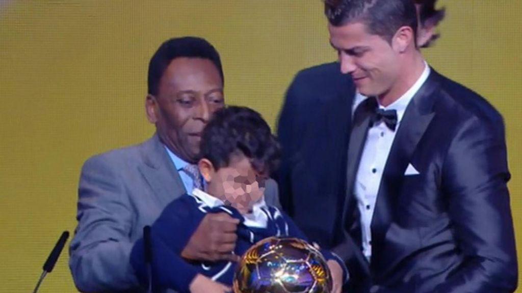 CR7, con su hijo y Pelé en el escenario