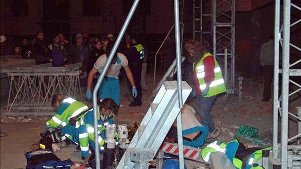 En la fotografía, los efectivos de los servicios de emergencia atienden a una víctima de un accidente laboral. EFE/Archivo