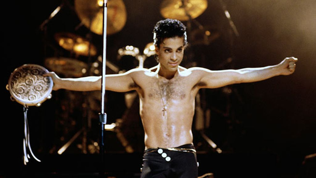 El torso desnudo con calzoncillos negros, su estilo a principios de los 80