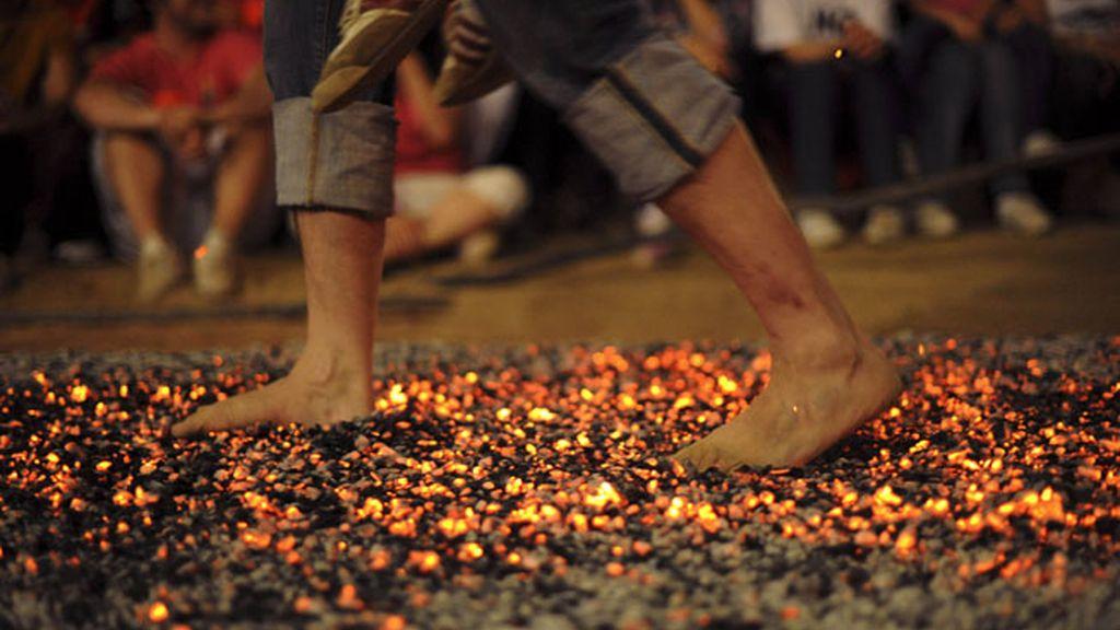 Caminando sobre carbones ardiendo en San Pedro Manrique en Soria