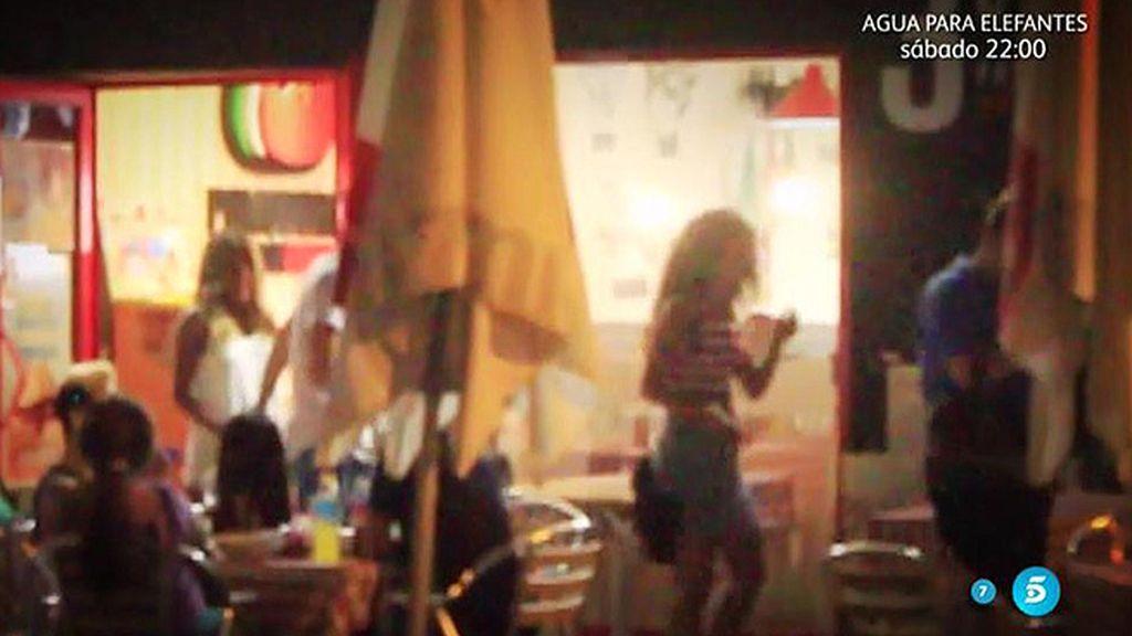La hija de Isabel Pantoja, en silencio, disfruta con sus amigos de una cena