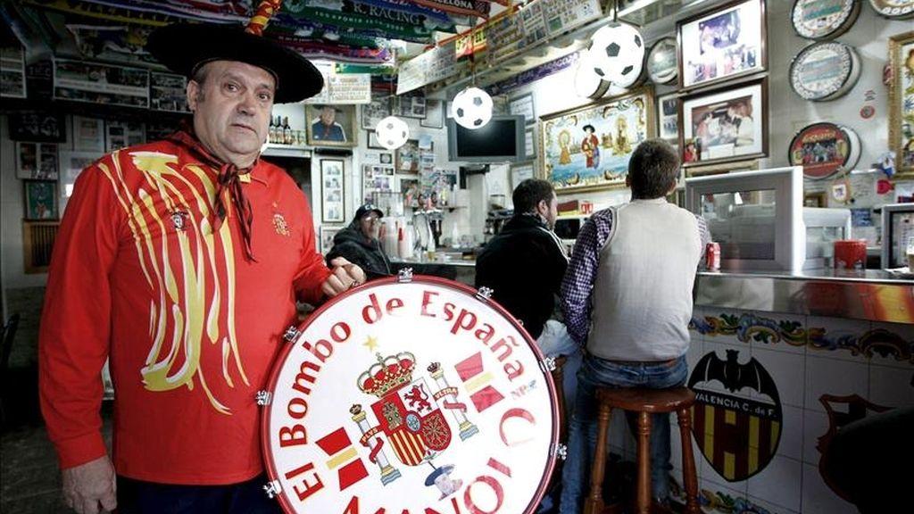"""Manuel Cáceres, conocido como Manolo """"el del bombo"""", posa en el bar que regenta desde hace 21 años en Valencia y que cerrará este año por la pérdida de clientes debido a la ley antitabaco y a la prohibición del Ayuntamiento de la ciudad de orientar las pantallas de televisión hacia la vía pública. EFE"""