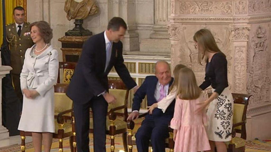 El saludo de las nietas a Juan Carlos I