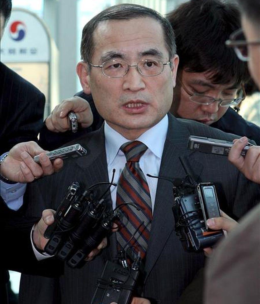 El delegado nuclear surcoreano, Wi Sung-lac, habla con los medios en el aeropuerto de incheon, al oeste de Seúl (Corea del Sur), a su llegada de Washington, el 1 de abril de 2009. EFE