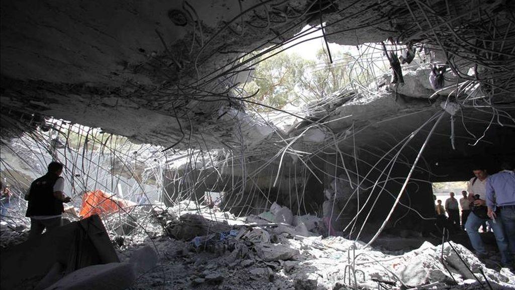 Escombros de la casa del líder libio, Muamar el Gadafi, un día después de que fuera alcanzada durante un bombardeo, en Trípoli (Libia), el pasado 1 de mayo de 2011. EFE/Archivo