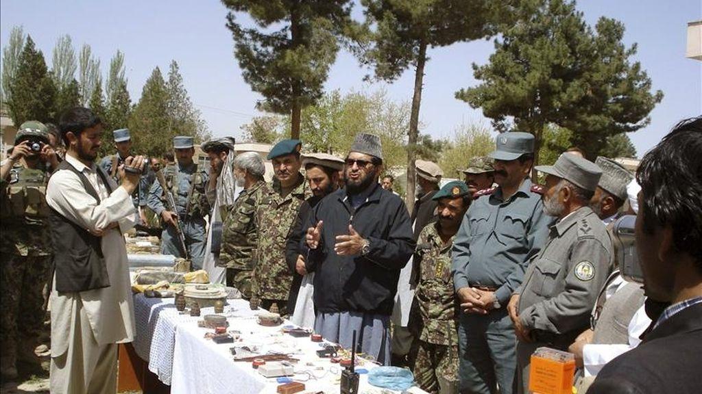 Fotografía facilitada por el Ministerio de Defensa de España. Un grupo de once insurgentes afganos que operaba en Qala i Naw (provincia de Badghis) ha entregado sus armas acogiéndose al Programa para la Paz y la Reintegración (PPR) impulsado por el Gobierno del presidente afgano, Hamid Karzai, con el apoyo de la Fuerza Internacional de Asistencia a la Seguridad en Afganistán (ISAF). EFE