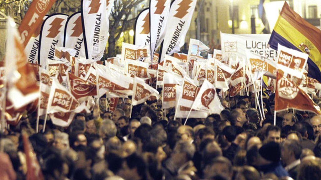 """Miles de personas se manifestan por el centro de Valencia bajo el lema """"Nos dejan sin futuro"""" con motivo de la jornada de la huelga general convocada para hoy."""