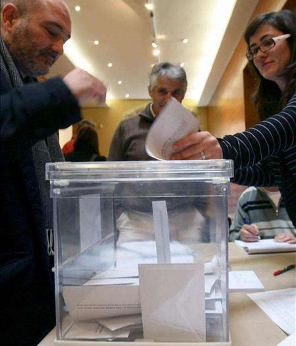 Un votante en un colegio electoral de Tarragona hoy durante las elecciones al Parlamento catalán. EFE