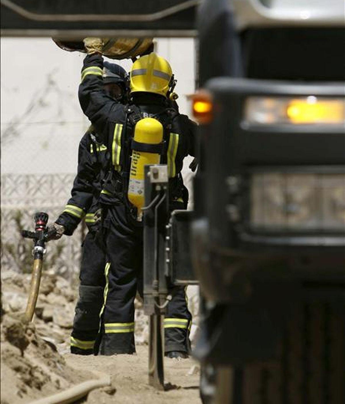 Miembros del cuerpo de Bomberos trabajan en las labores de extinción de un incendio. EFE/Archivo