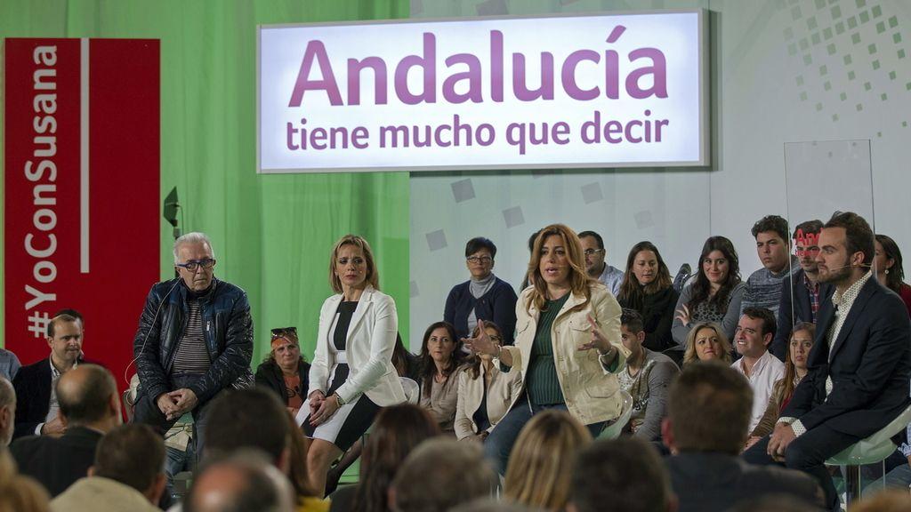 La candidata socialista a la Presidencia de la Junta, Susana Díaz (2d), junto al consejero de Economía, Innovación, Ciencia y Empleo, José Sánchez Maldonado (i)