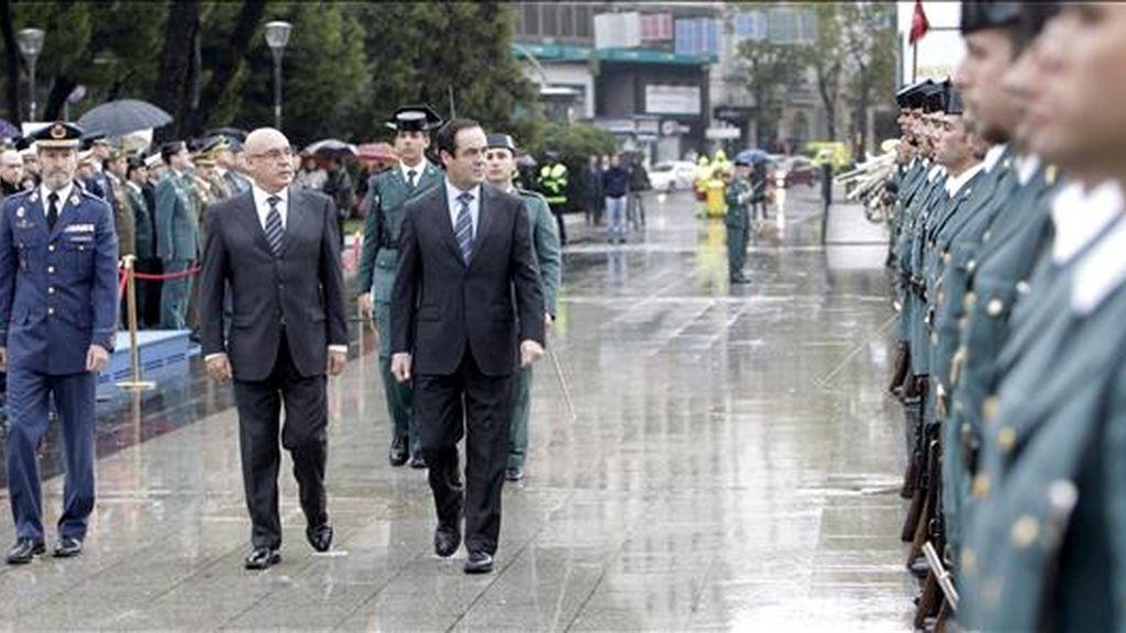Los presidentes del Congreso, José Bono (d), y del Senado, Javier Rojo (c), y el jefe del Estado Mayor de la Defensa (JEMAD), el general José Julio Rodríguez, pasan revista a las tropas durante el acto solemne de izado de la bandera nacional, con motivo del Día de la Constitución, celebrado hoy en Madrid. EFE
