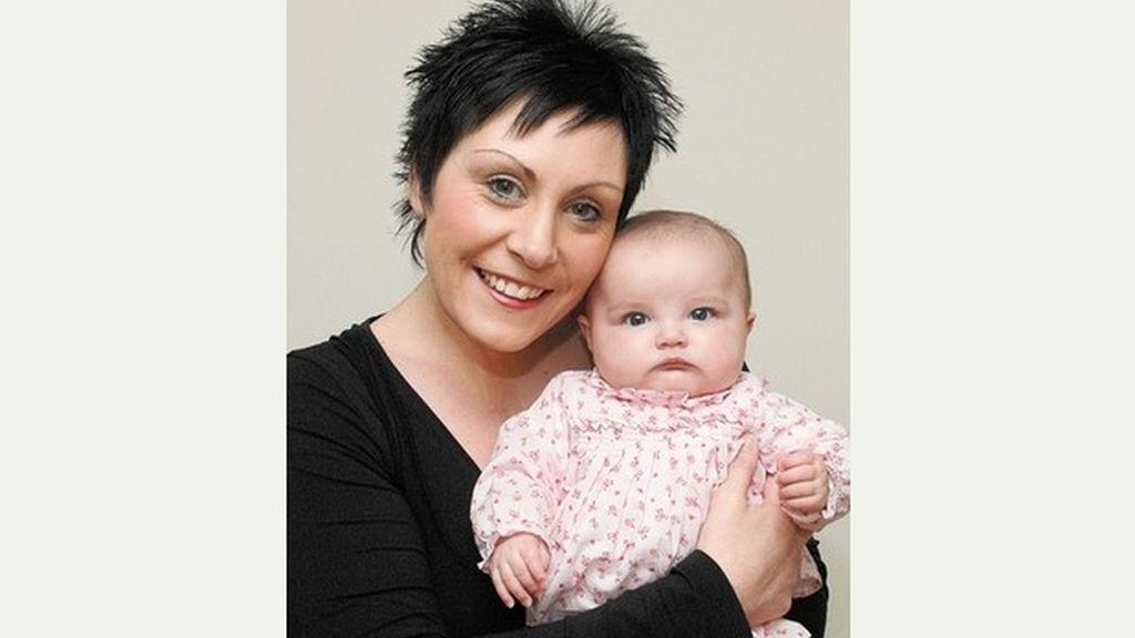 Dwynwen Davies y su hijo Cadi