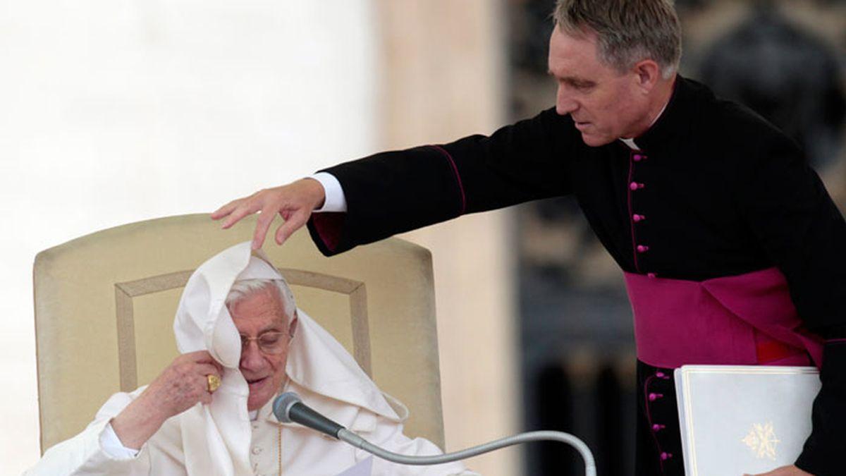 El viento juega una mala pasada al Papa